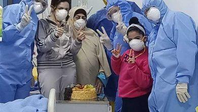 صورة أصغر مصابة بكورونا تغادر مستشفى العجمى.. وأمها: الطاقم الطبى احتفل بعيد ميلاد بنتى بالعزل